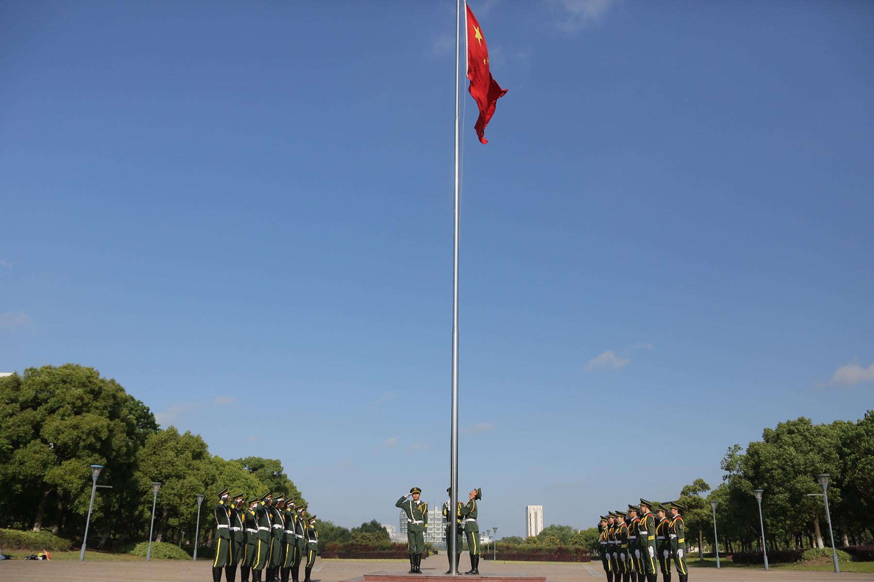 【践行社会主义核心价值观】青春与国旗共飞扬——